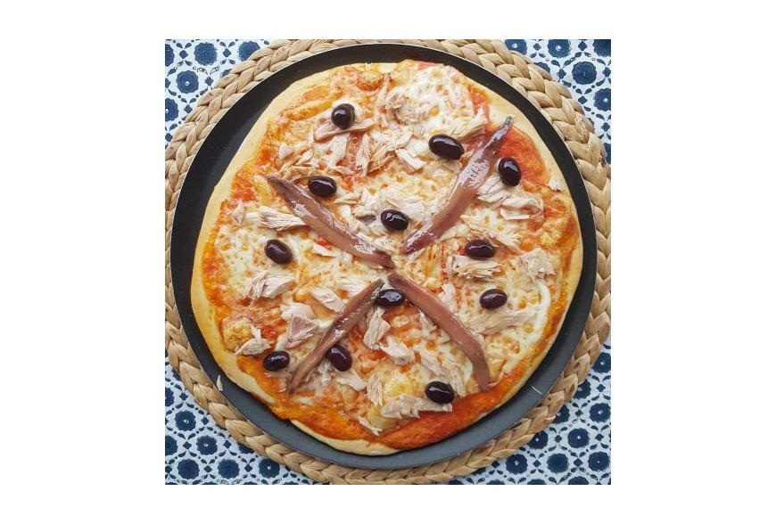 PIZZA DE BONITO Y ANCHOAS